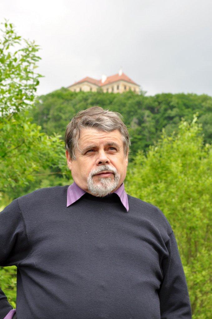 Martin Říha se zámkem Jezeří v pozadí